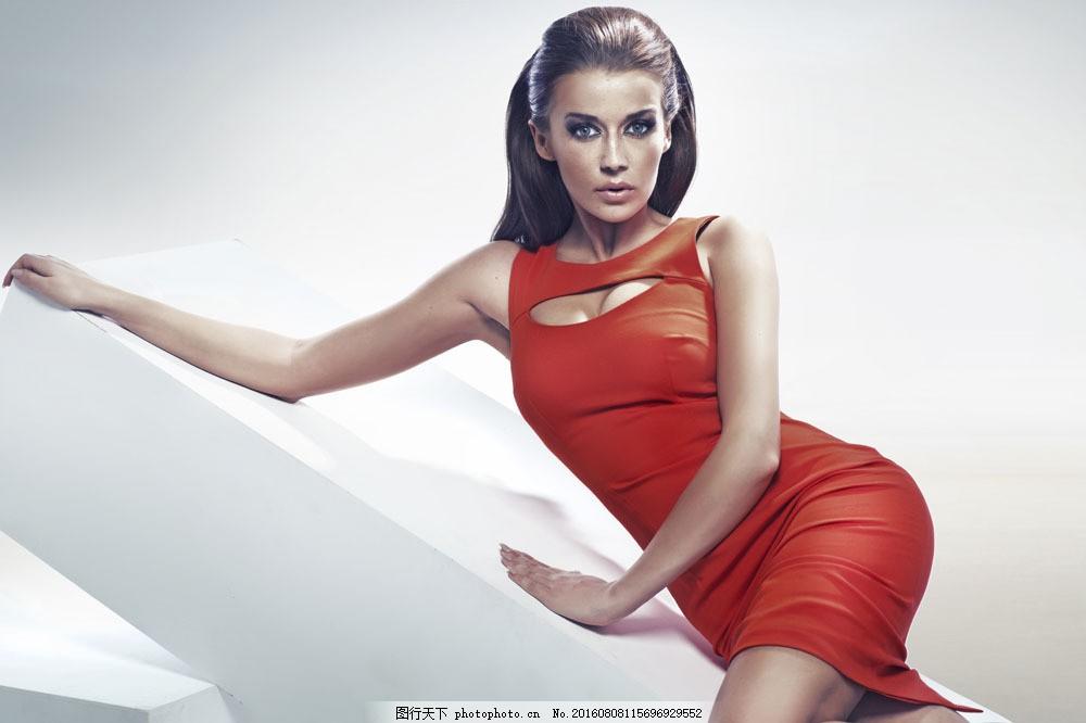 斜躺着的红色紧身衣美女图片素材 斜躺 红色紧身衣 女人 女性 美女