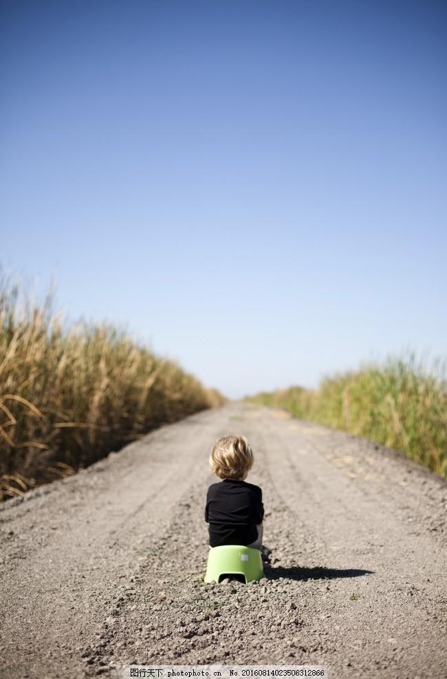 小孩 儿童 背影 孤单 寂寞 等待 天空 大路 摄影 摄影 人物图库 儿童
