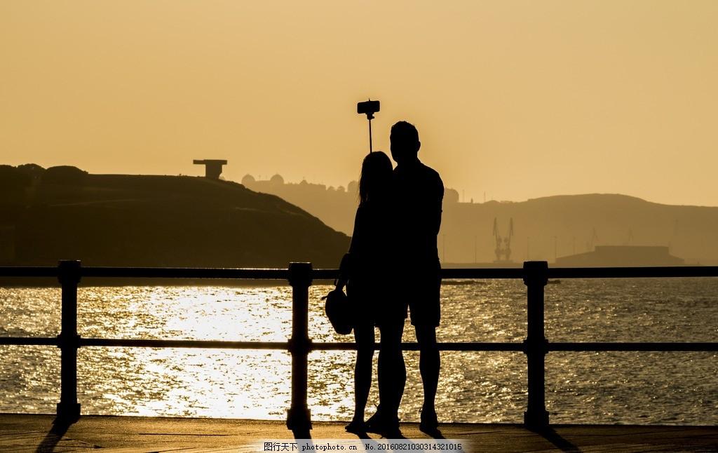 黄昏桥上情侣背影 牵手 情侣 男女 沙滩 海边 大海 金色海洋 夏天