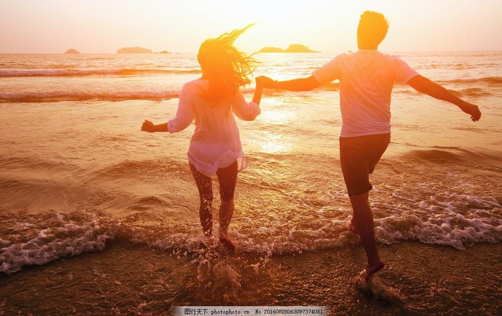 海滩牵手男女 海滩 牵手 男女 情侣 爱人 拉手 夕阳 黄昏 摄影 人物图