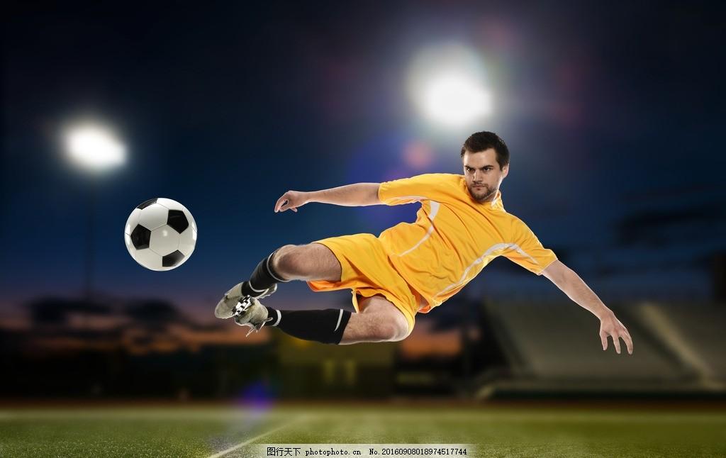 凌空抽射的足球运动员