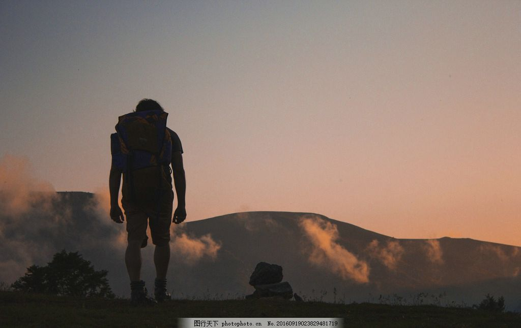 一个人的旅行 背影 孤单 夕阳 山丘 步行 各色人物 摄影