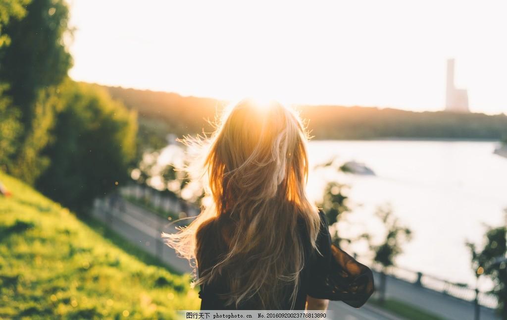 一头飘逸长发的美女 背影 夕阳 太阳 户外 草坪 河流 游玩 各色人物