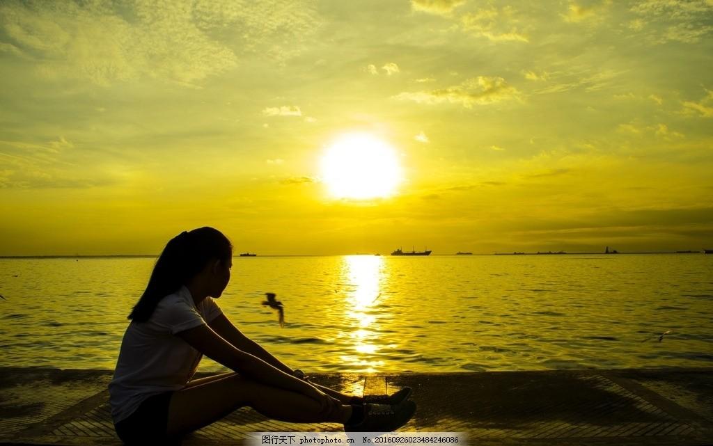 夕阳下的少女 美女海边背影 美女背影 眺望 夕阳下的美女 看海 无望
